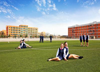 学生在学校草坪上的风采