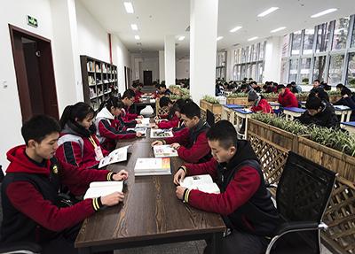 自习室学习的同学们