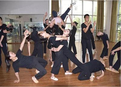 学生舞蹈训练.jpg