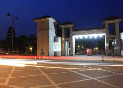 学校大门夜景